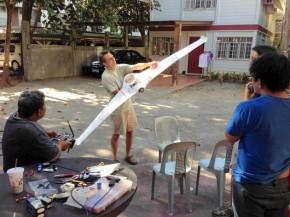 Hawaiian Airline Captain Iam Bouret teaching aeronautical concepts to the Skyeye team in Manila.