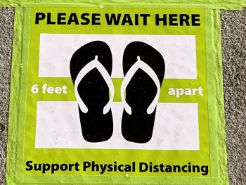 Sign: Please wait here, support physical distancing.