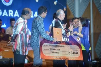 Louisa Ponnampalam receives her award from the Honourable Dato' Sri Mohd Najib bin Tun Abdul Razak. Click to enlarge.