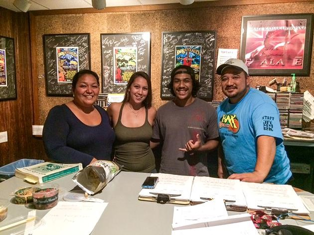 UH Hilo Hawaiian language students take to the air on local radio station