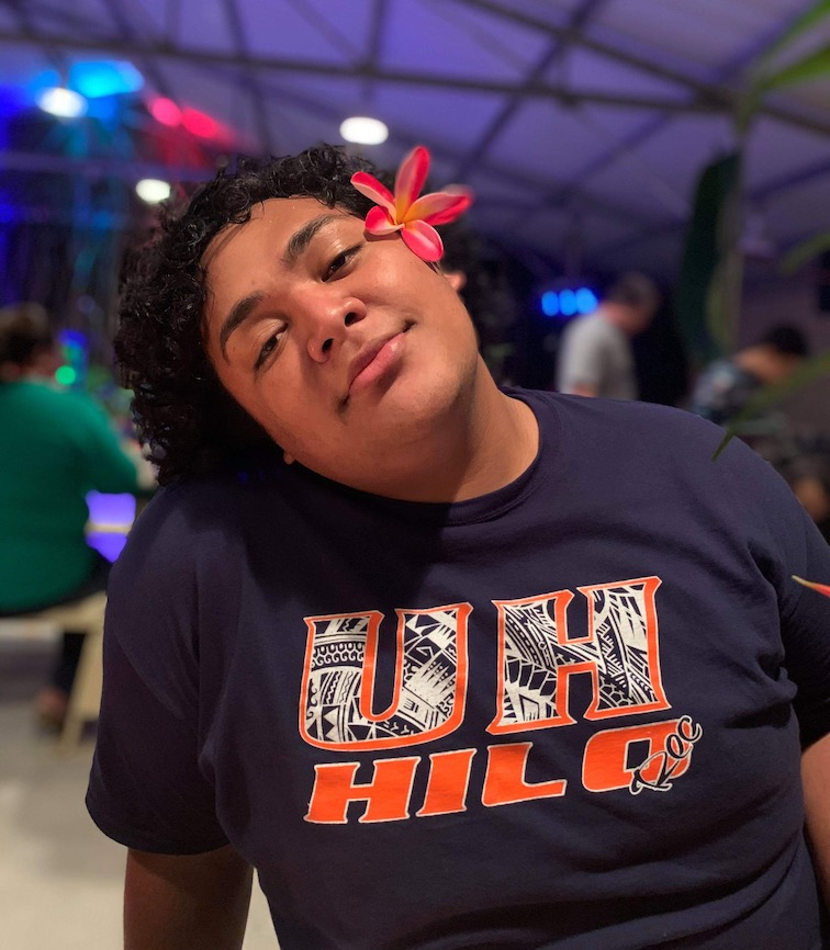 A student wears a UH Hilo shirt at an event
